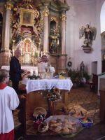 Pater James bringt die wichtigsten Gaben dar und so kommt Jesus leibhaftig zu uns