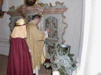 Pfarrer Neumaier segnet das Drei-Koenigs-Weihwasser
