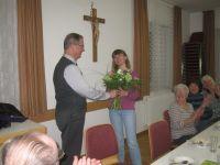 Pfarrer Neumaier dankt der Leiterin des WeG-Kurses mit einem Blumenstrauss